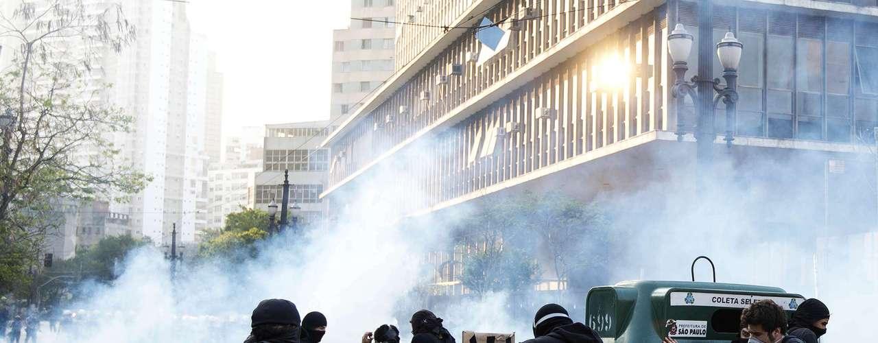 São Paulo -Policiais usam bombas para conter a situação