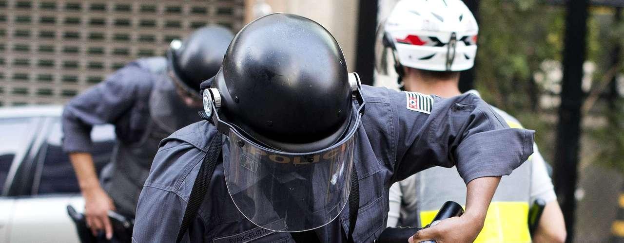 São Paulo - Manifestantes formados em sua maioria por integrantes do Black Bloc entraram em confronto com policiais militares na capital paulista