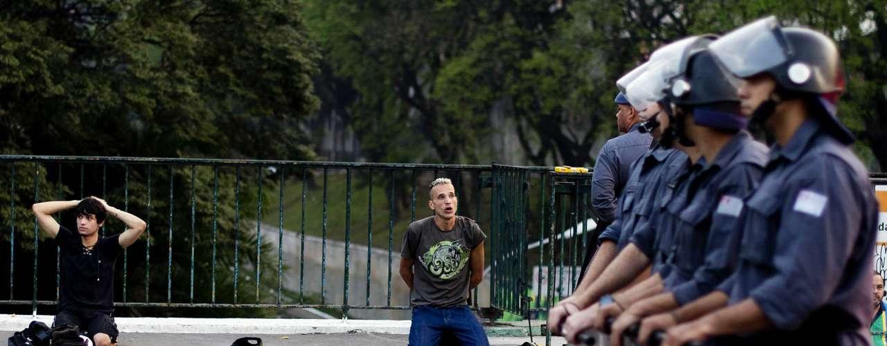 São Paulo - Policia faz cordão de isolamento para deter manifestantes