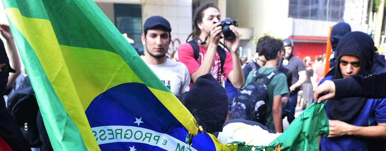 São Paulo - Manifestantes queimam a bandeira do Brasil