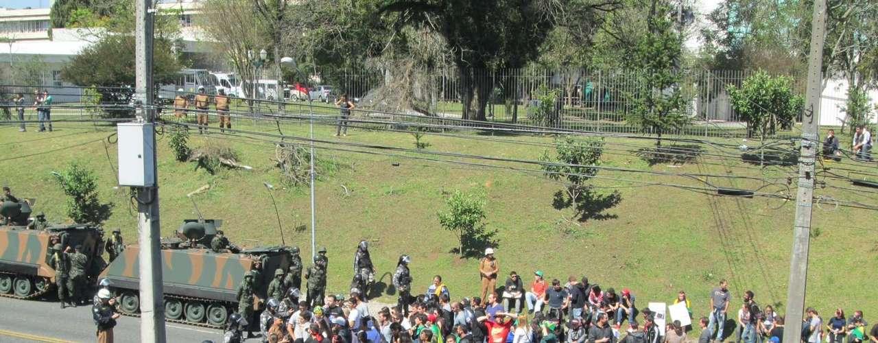 Curitiba -Manifestação foi pacífica, mas PM informou que houve apreensão de explosivos caseiros, estilingues e tinta spray, resultando em detenção de três adultos e apreensão de três adolescentes
