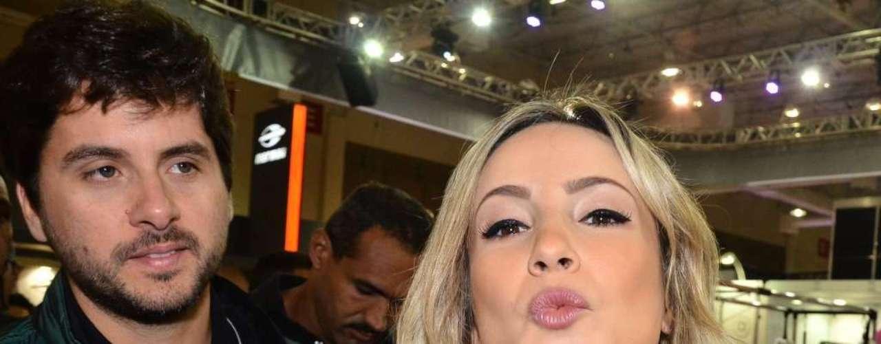 A cantora causou tumulto e foi muito assediada pelos fãs quando chegou ao evento acompanhada pelo marido, Márcio Pedreira