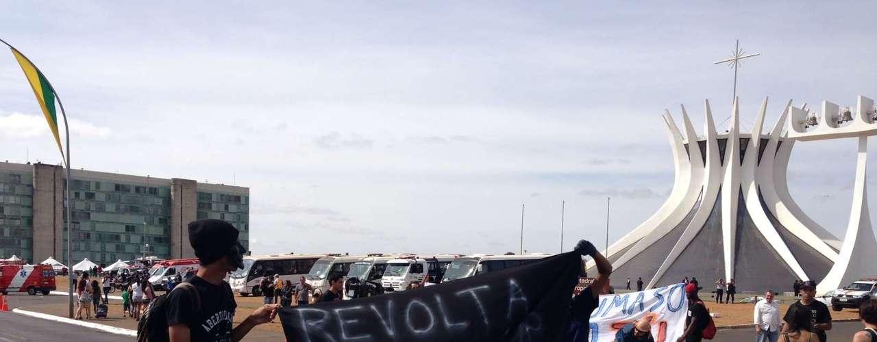 Brasília -Reunidos na Esplanada dos Ministérios, antes de iniciarem marcha, manifestantes exibiam cartazes e faixas