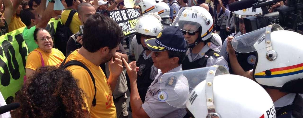 Primeiro momento de tensão em Brasília: manifestantes vinham caminhando pela via da Esplanada quando a PM bloqueou a passagem na altura da Catedral, onde já havia um cordão de isolamento. Os manifestantes negociam com o comando a liberação da via