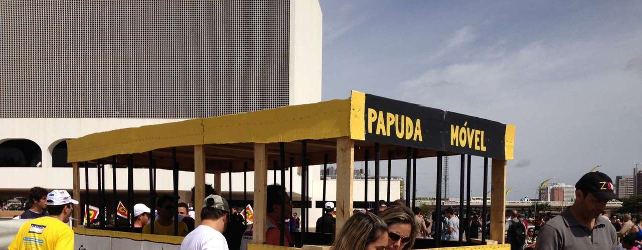Brasília -Protesto em Brasília teve até 'Papuda móvel', ônibus em referência ao Complexo Penitenciário da Papuda