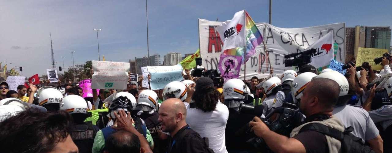 Enquanto representantes negociam passagem com a PM, manifestantes aguardam parados