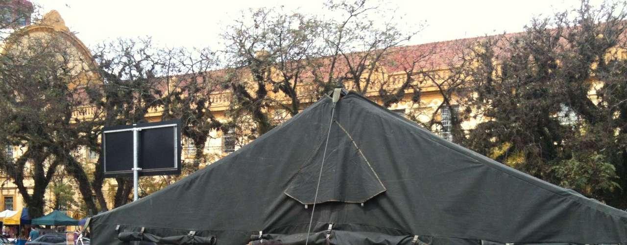 Porto Alegre -Manifestantes ocupam barraca do Exército noParque Farroupilha