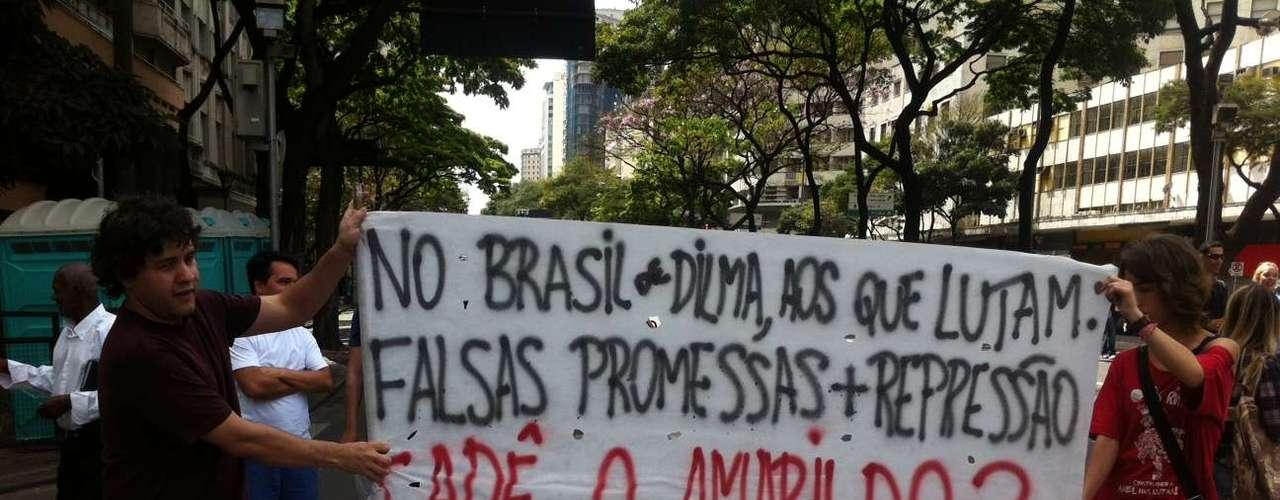 Belo Horizonte -Manifestantes exibem faixa contra o governo federal durante protesto