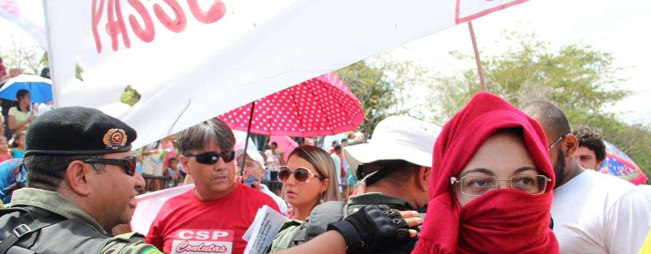 Teresina - Com lenços no rosto em alusão a liminar do Rio de Janeiro que proíbe mascarados nos protestos, estudantes e trabalhadores criticaram a falta de soberania nacional e defenderam o passe livre nos transportes públicos