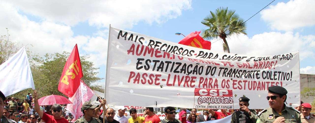 Teresina - Manifestantes ocuparam a avenida Marechal Castelo Branco em Teresina (PI) em protesto a corrupção e o que denominaram de \
