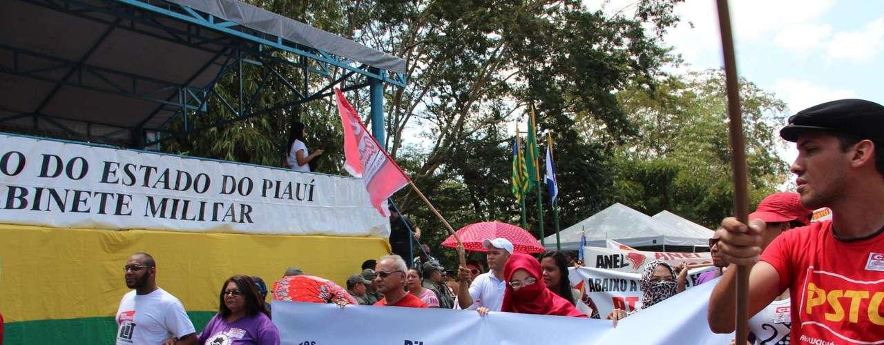 Teresina -O protesto foi pacífico e o único desentendimento ocorreu quando um grupo de manifestantes quis invadir a avenida antes de encerrar o desfile cívico