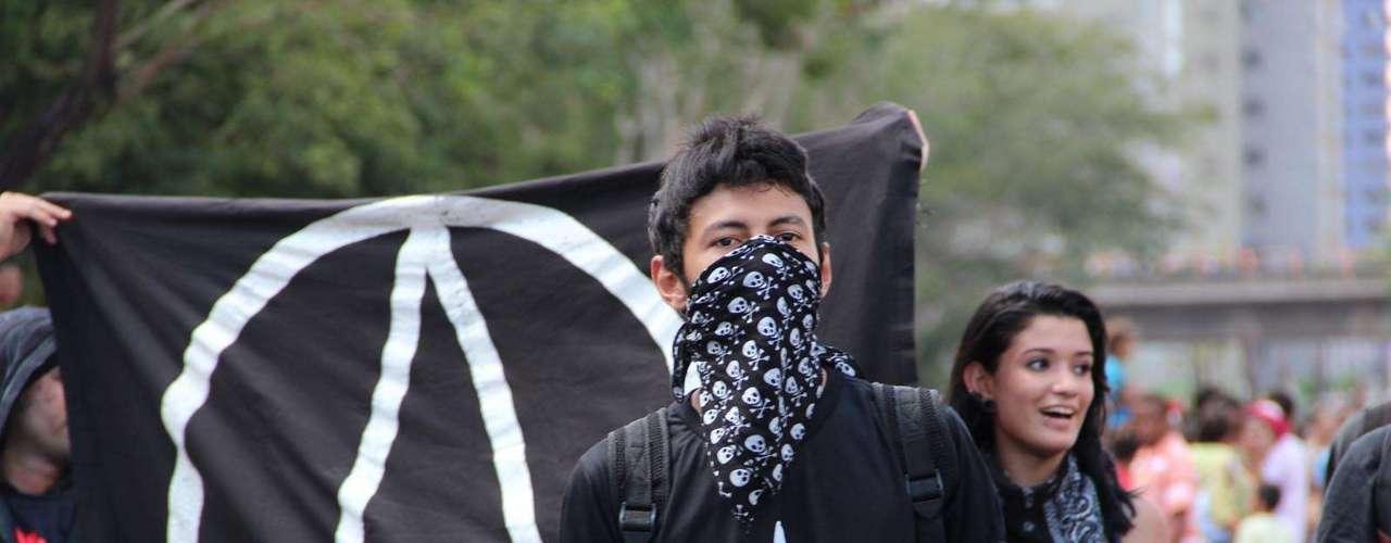 Teresina - Homem cobre o rosto durante manifestação na capital do Piauí