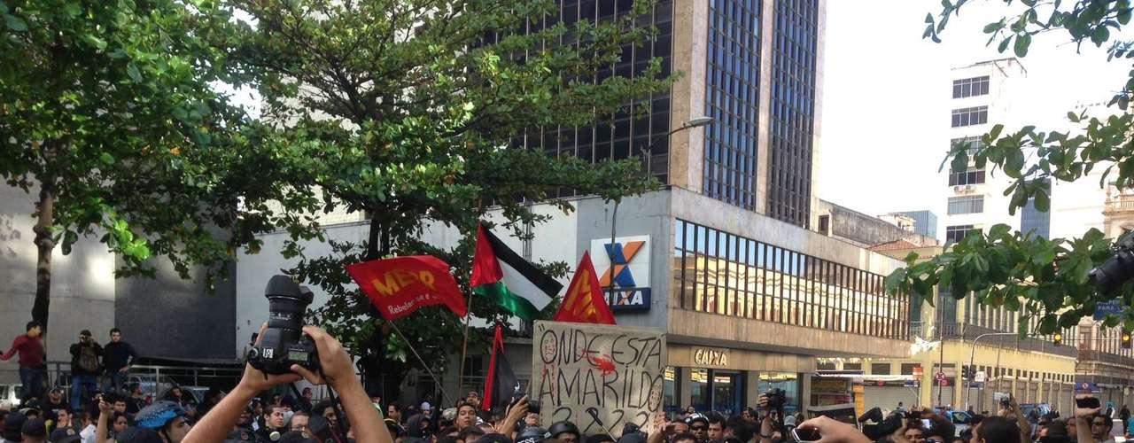 Rio de Janeiro -Em protesto na avenida Presidente Vargas, no Centro, manifestante foi puxado pela PM para ser revistado, causando indignação