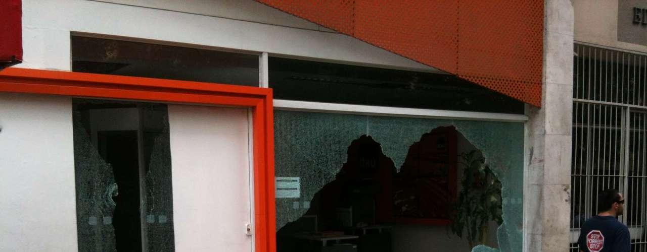 Porto Alegre - Banco tem vidros quebrados na capital gaúcha
