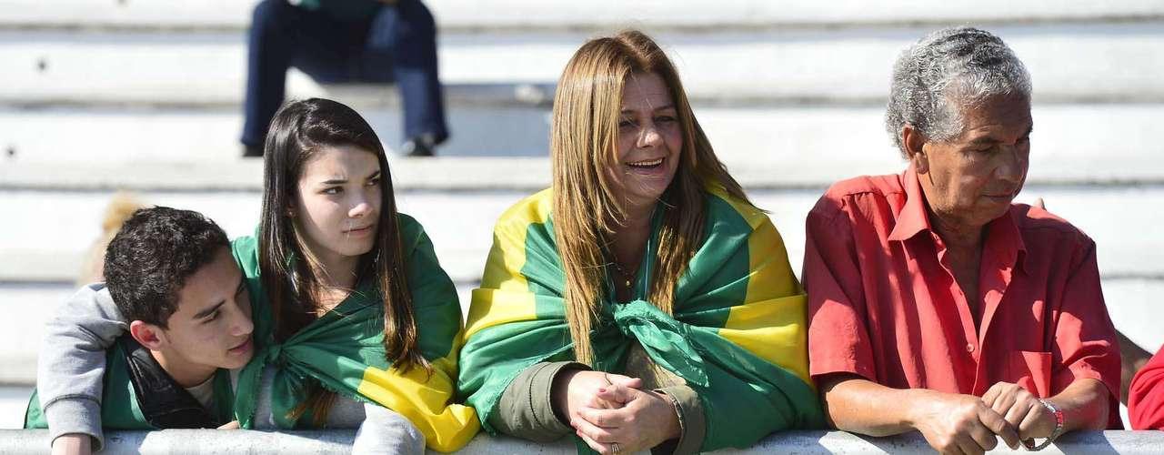 São Paulo -Família levou bandeira para o Anhembi para assistir desfile de 7 de Setembro