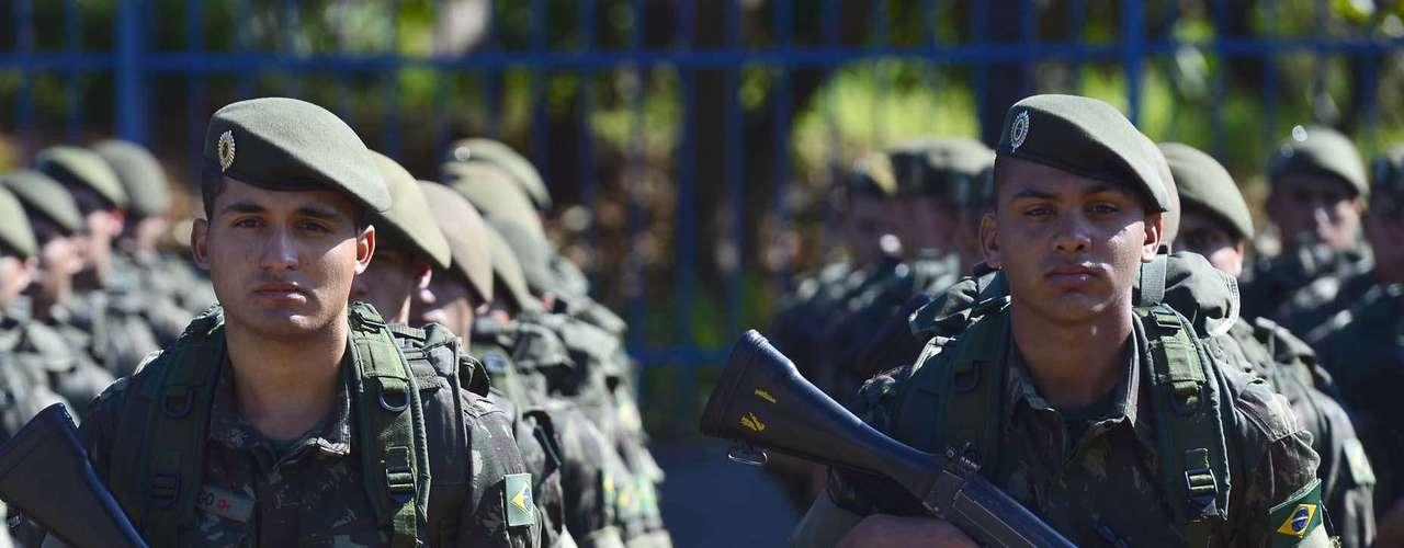 São Paulo -Militares fizeram cordão de isolamento e revistaram público antes de entrar no sambódromo
