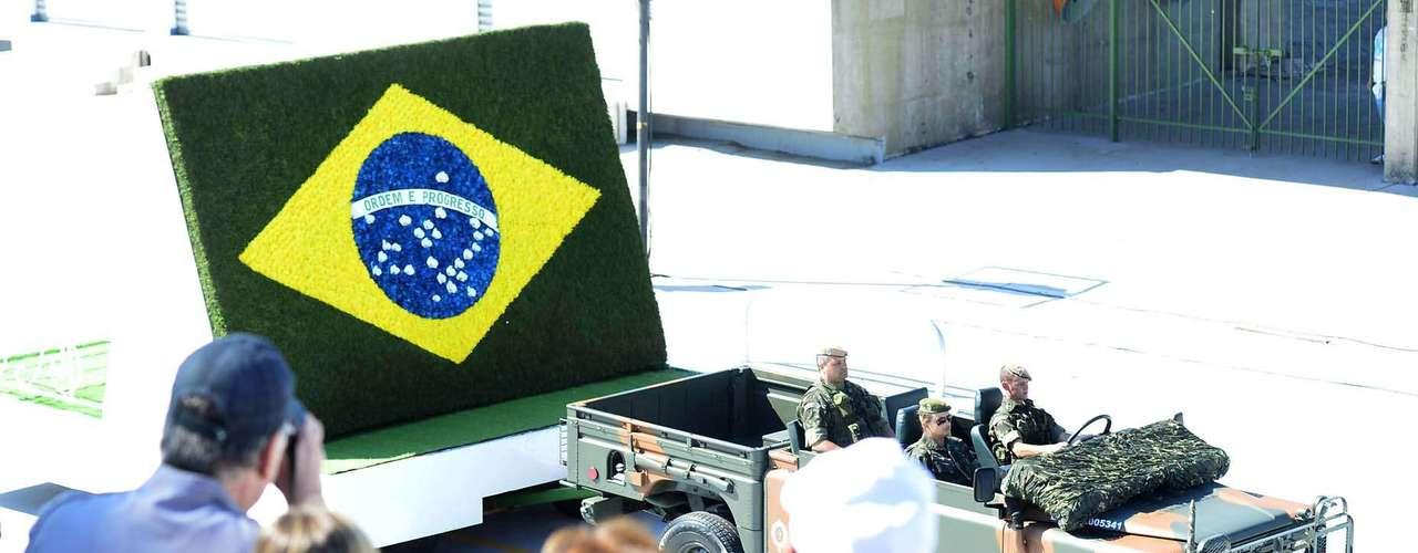 São Paulo -Público faz fotos de carro do exército que carregava bandeira estilizada do Brasil