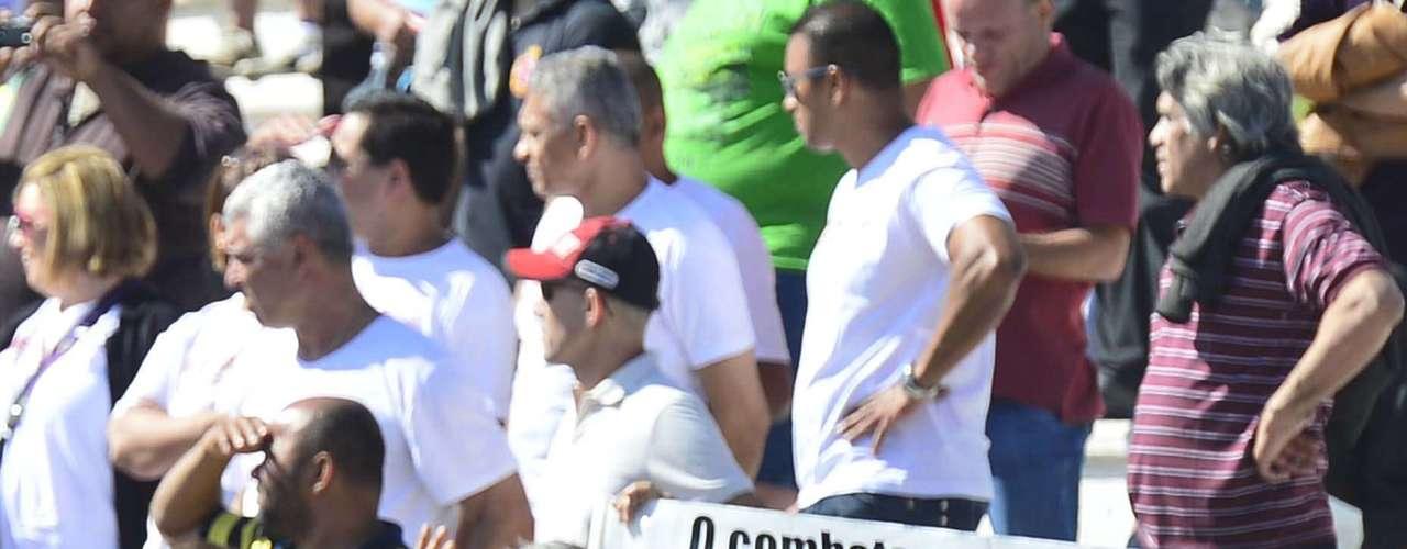 São Paulo -Deputado estadual Sérgio Olímpio Gomes (PDT), de boné vermelho, postou-se de frente para a o local onde estava o governador Geraldo Alckmin (PSDB) e provocou o chefe do Executivo paulista com faixa, camiseta, gritos de guerra e vaias