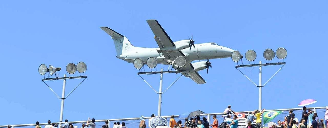 São Paulo -  O auge do evento foi a passagem dos aviões da Força Aérea Brasileira (FAB), que deram um voo rasante na avenida do Sambódromo e levantaram o público neste 7 de setembro