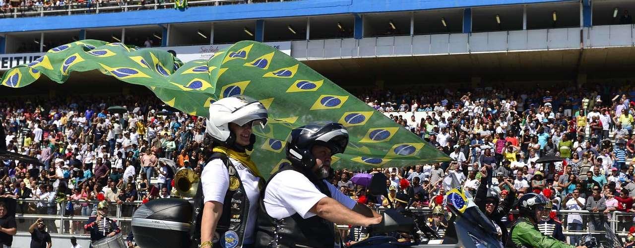 São Paulo -  Com o céu aberto e muito sol, milhares de pessoas estiveram no Sambódromo na manhã deste sábado para acompanhar o Desfile da Independência e cerca de 8 mil participaram do evento