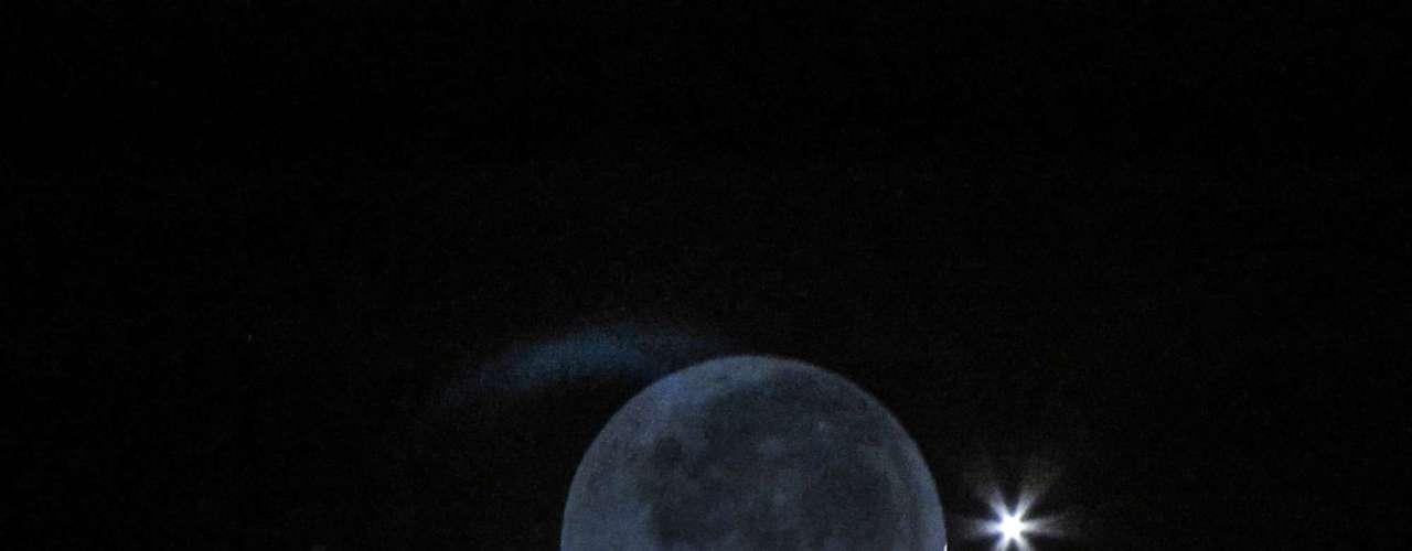 Vênus se aproximando da Lua na cidade de Santa Rita de Caldas, em Minas Gerais