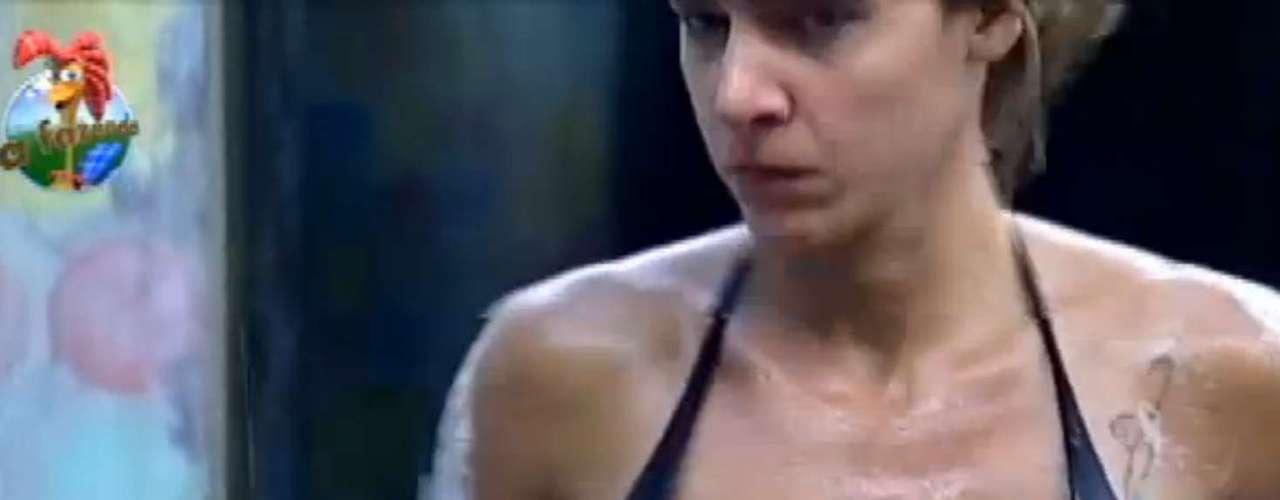 Denise tomou banho com modelito preto