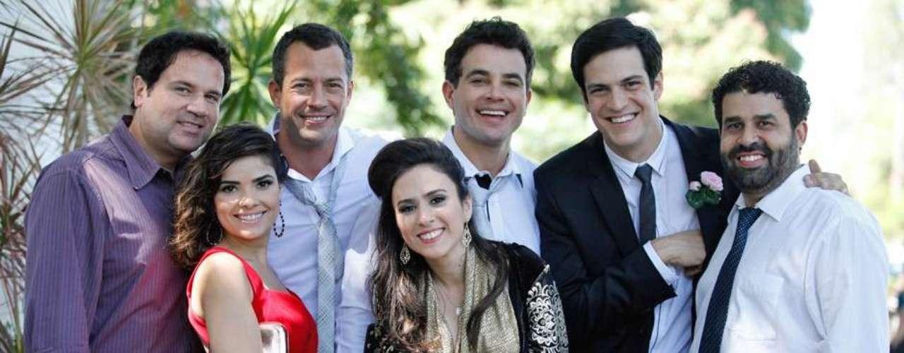 O trabalho começou cedo para o elenco da novela global 'Amor à Vida' nesta quarta-feira (11). Atores e atrizes gravaram cenas do casamento de Paloma (Paolla Oliveira) e Bruno (Malvino Salvador), que finalmente irão se unir depois de várias idas e vindas, com direito a cerimônia na igreja e muitos convidados