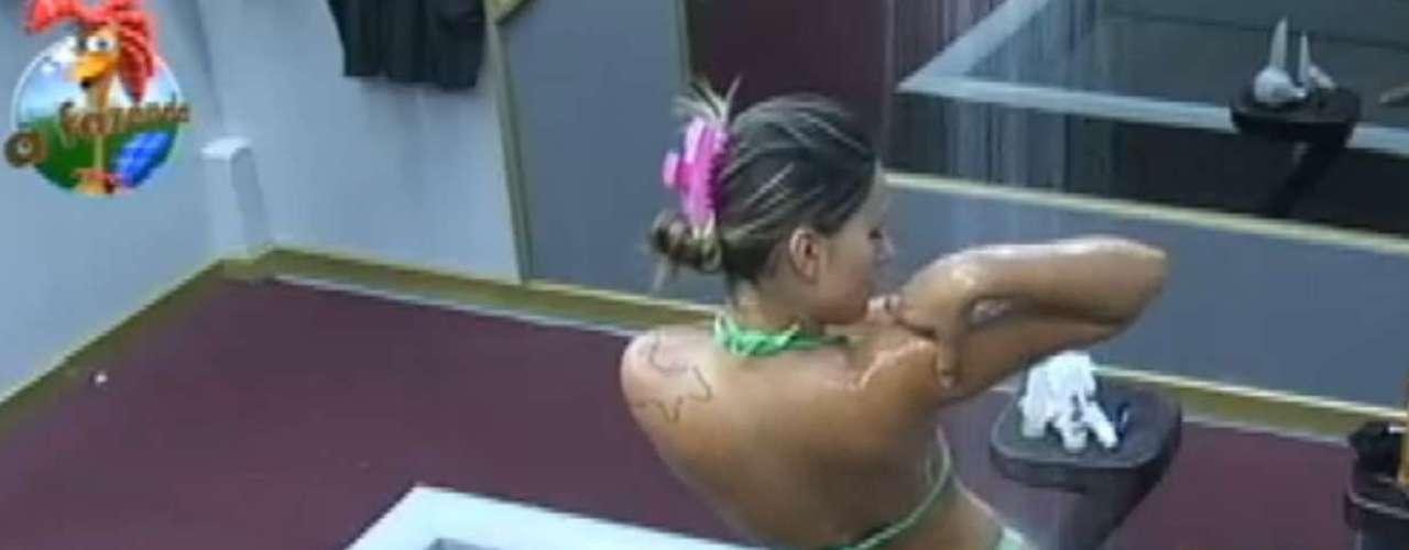 Andressa Urach tomou banho na sede da Fazenda e mostrou suas curvas
