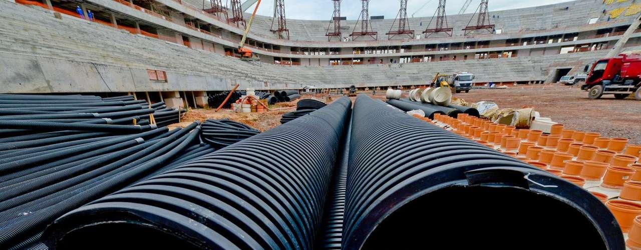 11 de setembro: Segundo o engenheiro da empresa Greenleaf, responsável pela preparação do campo, Josep Codony, atualmente está sendo realizada a instalação dos tubos do sistema de drenagem no subsolo e a colocação de uma camada de seixo