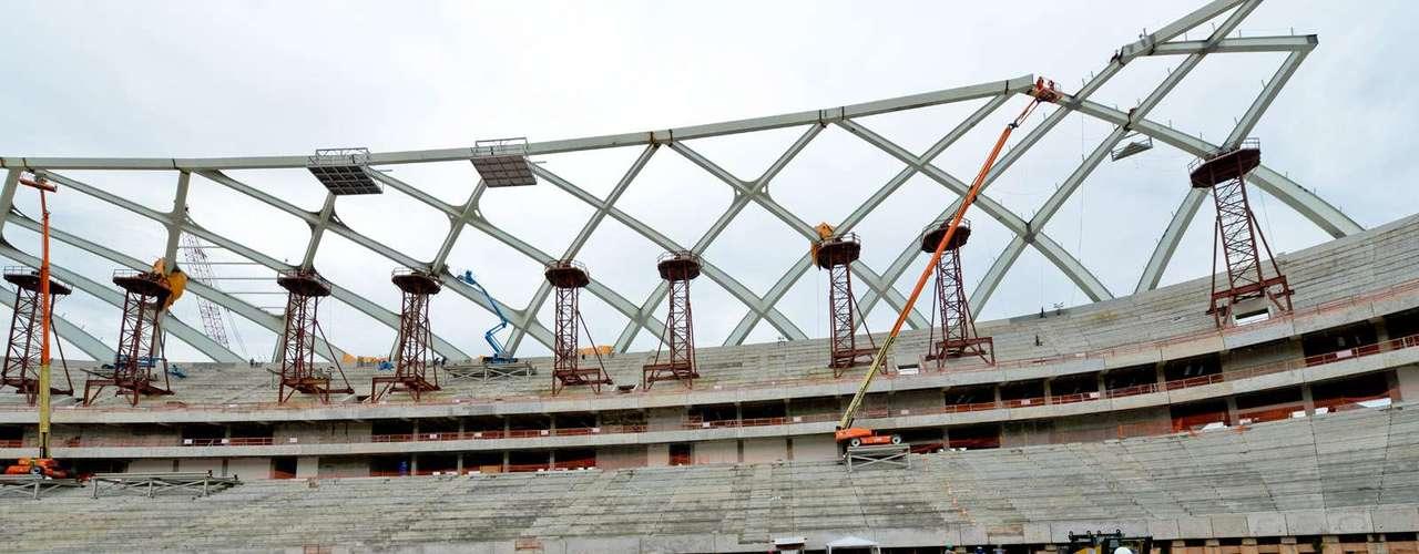 11 de setembro: colocação da nova estrutura metálica da cobertura não vai atrapalhar a plantação do gramado, já que será feita a partir do lado de fora, em um método que dará mais trabalho, mas agilizará a obra