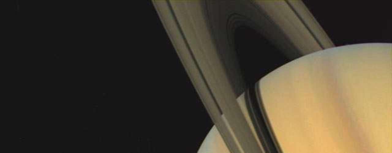 Registro mostra as luas de Saturno e o gigante gasoso