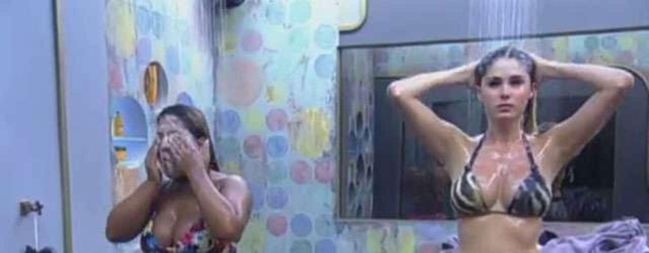 Bárbara Evans e Yani de Simone tomaram banho juntas e exibiram as curvas aos espectadores do reality show