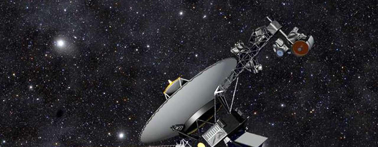 A Nasa anunciou que a sonda Voyager 1 se tornou o primeiro objeto feito pelo homem a cruzar o limite do Sistema Solar. Há 36 anos vagando pelo espaço, a Voyager 1 está hoje a 19 bilhões de quilômetros do Sol. Segundo a agência espacial, a Voyager 1 tem viajado há cerca de um ano através de plasma (gás ionizado), presente no espaço entre as estrelas