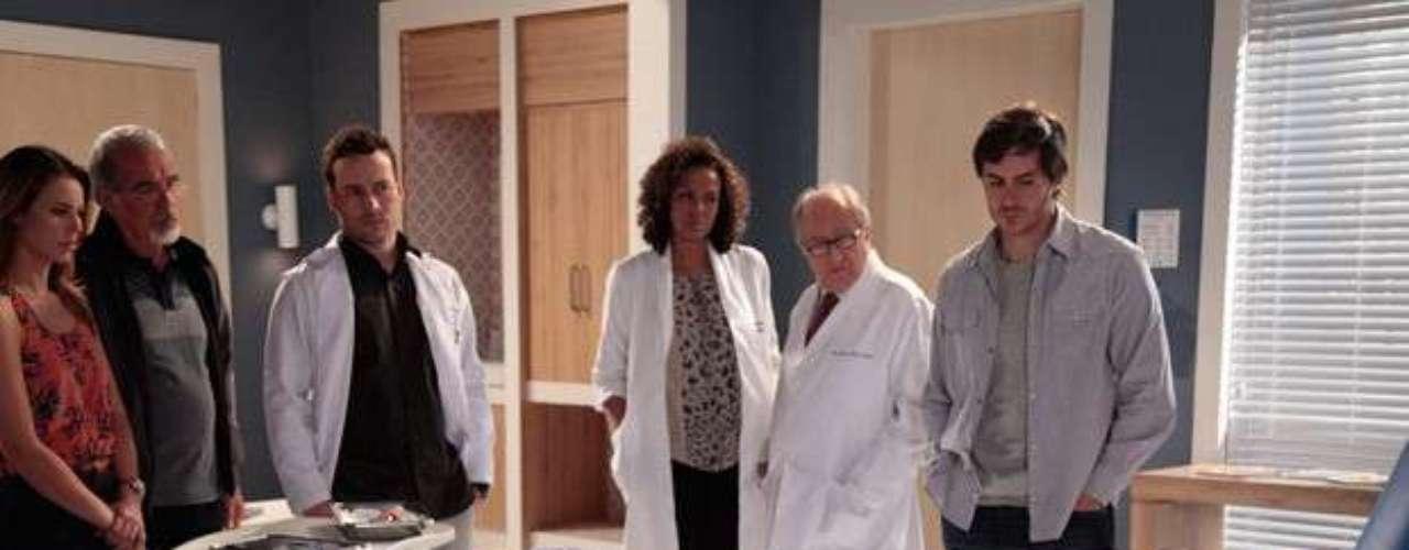 Depois de passar por exames, Leila (Fernanda Machado) não sente as pernas e descobre que pode ficar sem andar