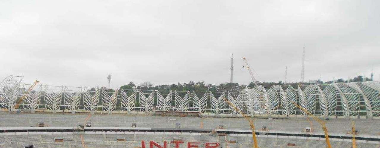 16 de setembrode 2013: começa a instalação das cadeiras nas arquibancadas do Beira-Rio, formando um mosaico que exibe o nome do clube colorado