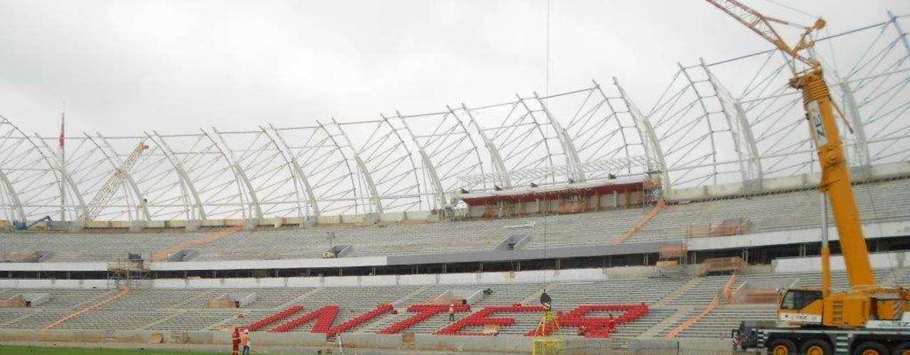 16 de setembro de 2013: começa a instalação das cadeiras nas arquibancadas do Beira-Rio, formando um mosaico que exibe o nome do clube colorado