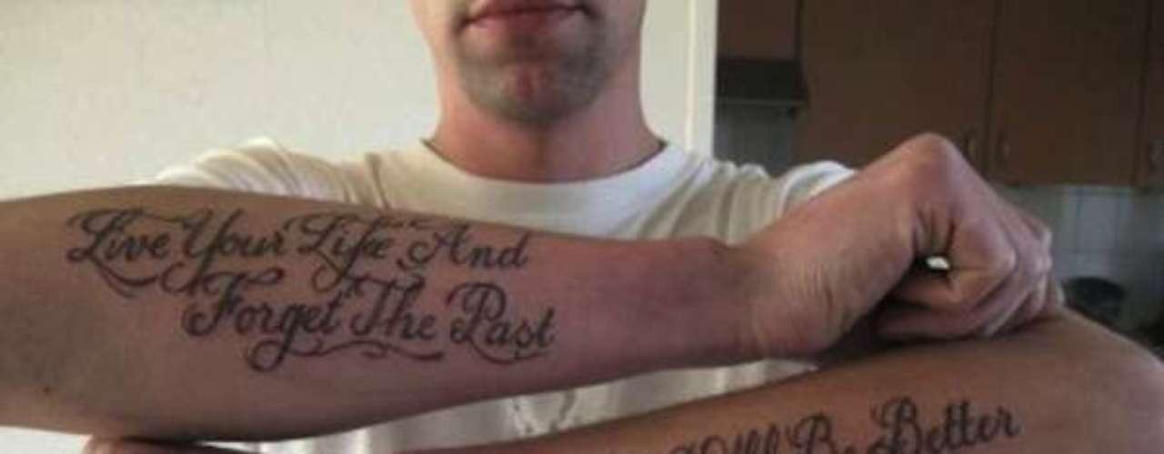 Outra pessoa que tentou passar uma mensagem positiva por meio da tatuagem e acabou virando motivo de piada. A frase do braço esquerdo correta seria Life will be better (a vida será melhor)