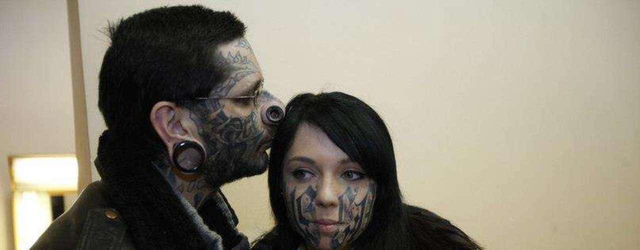 Lesya, uma garota russa de 18 anos, teve o rosto tatuado por Rouslan Toumaniantzno mesmo dia que o conheceu. A dupla se correspondia pela Internet e decidiu se casar com menos de 24 horas de relacionamento. Ela declarou que desejaria que Rouslan tatuasse cada centímetro do seu corpo
