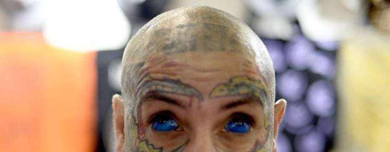 Homem participante da Tattoo Week 2013 mostra rosto tatuado e olhos cobertos de tinta azul forte