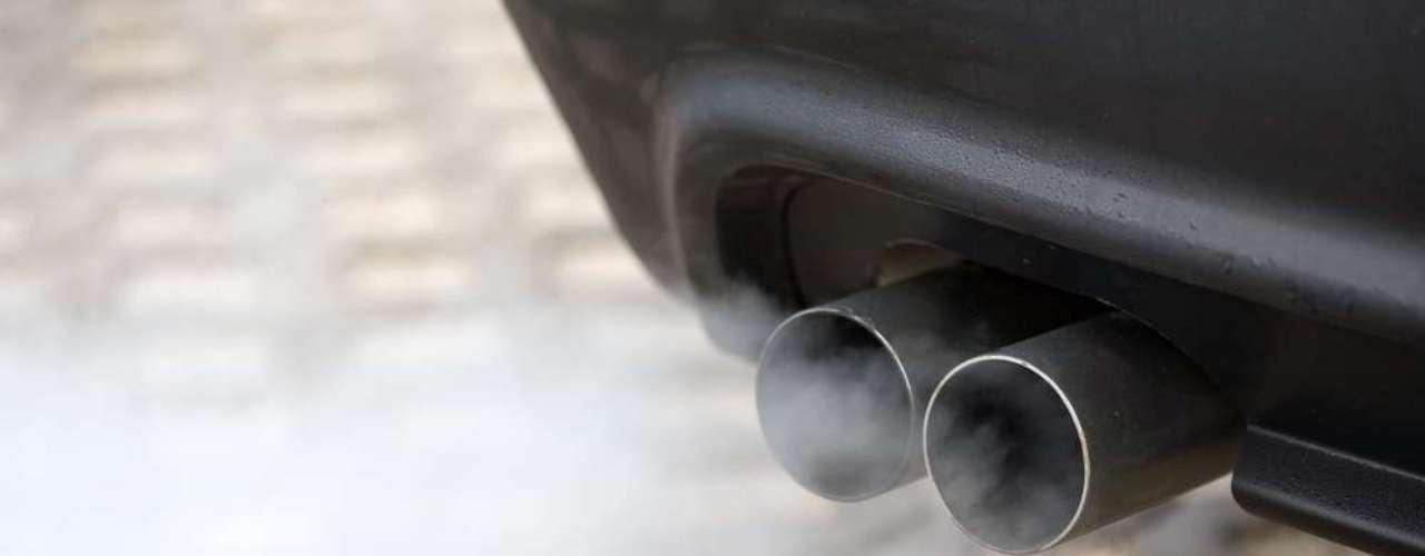 Com o carro parado, acelere e observe o escapamento. Muita fumaça pode significar vazamento óleo ou motor com vida útil comprometida