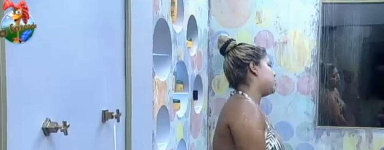 Yani cantou enquato tomava banho