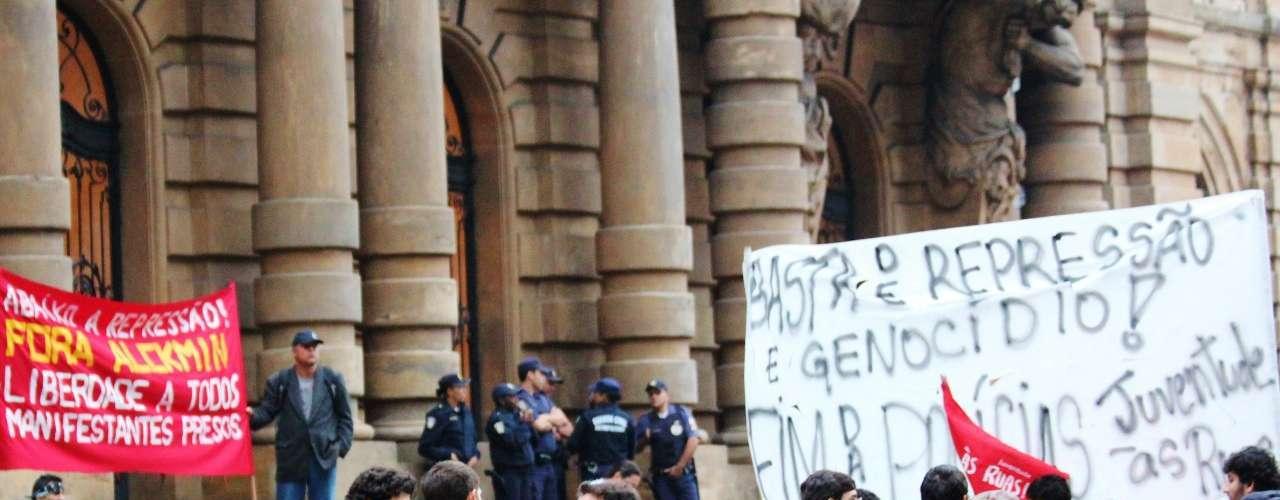 19 de setembro -Um grupo formado por cerca de 100 pessoas se reuniu na noite desta quinta-feira, em frente ao Theatro Municipal, no centro da capital paulista, para protestar contra a repressão policial