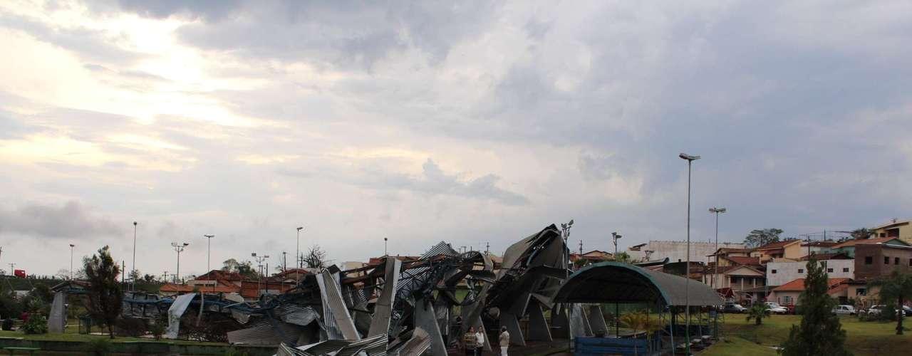 23 de setembro - Moradores de Taquarituba (SP) contabilizam os prejuízos após a passagem de um tornado pela cidade