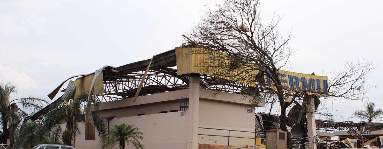 23 de setembro - Telhado de imóvel comercial ficou espalhado pela via em Taquarituba