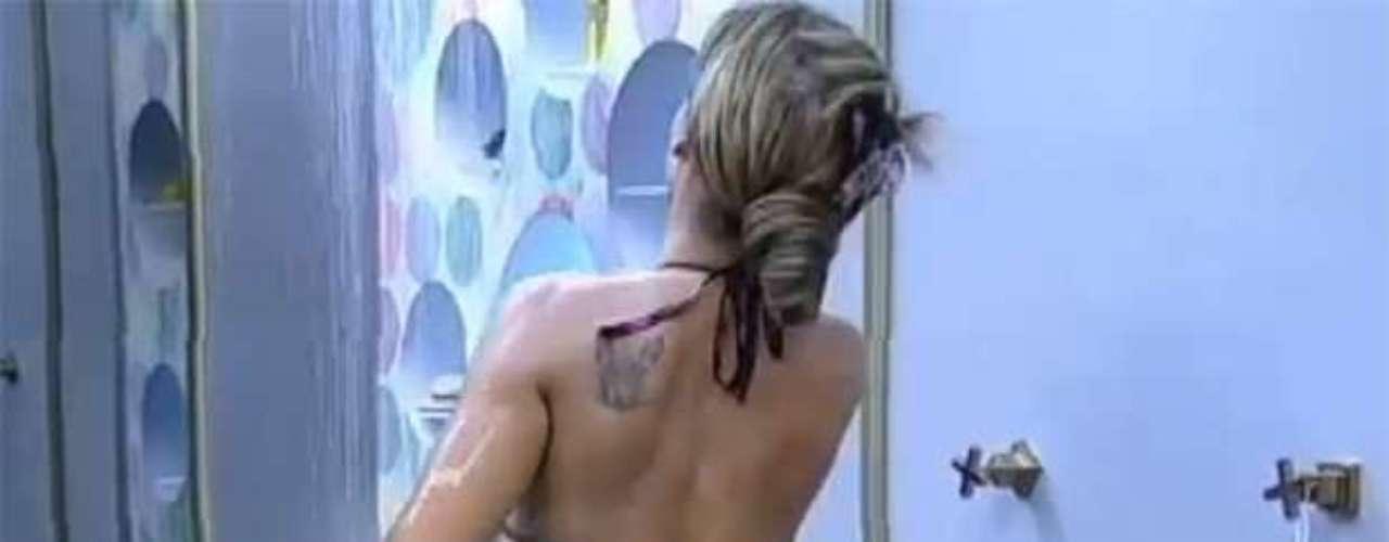 Isolada dos colegas de confinamento, Denise Rocha tomou um banho relaxante neste domingo (22). Com um biquíni minúsculo, a Furacão da CPI exibiu as curvas e tatuagens