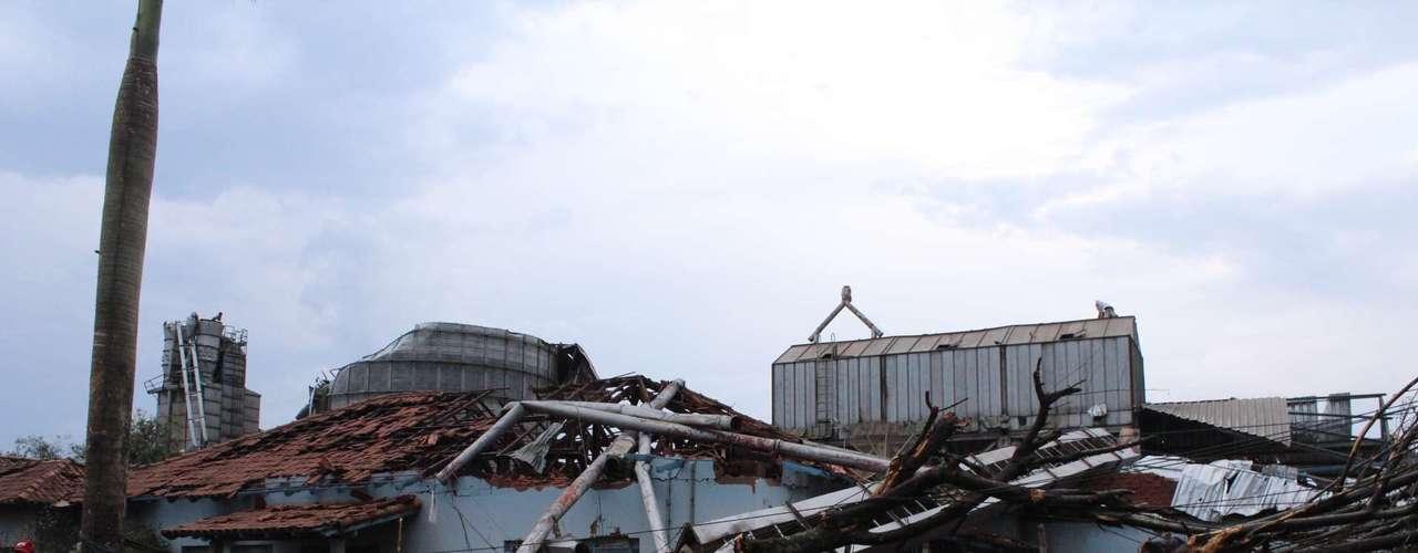 23 de setembro - Um dia após passagem de tornado, árvores derrubadas e imóveis destruídos expõem violência do fenômeno climático em Taquarituba
