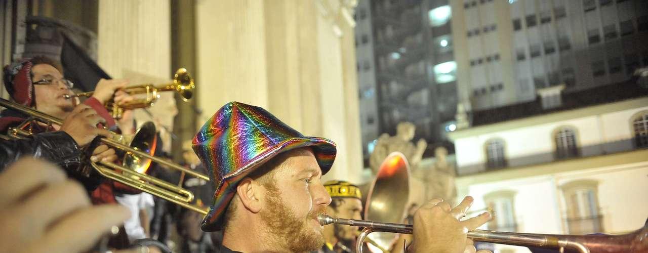 25 de setembro - Com apresentação de banda, manifestantes protestam contra a proibição de máscaras no Rio