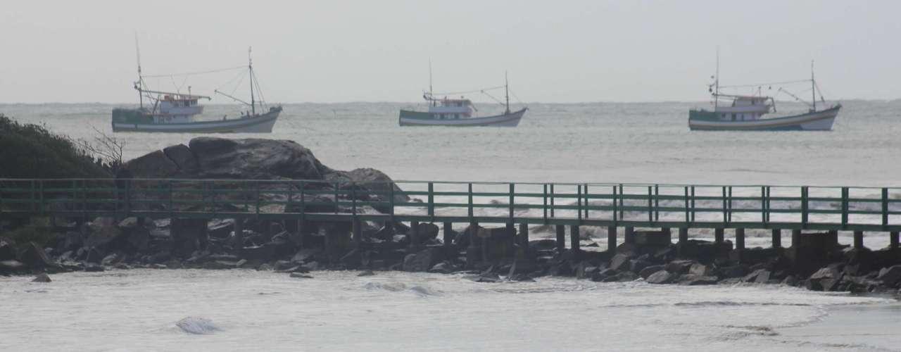 26 de setembro - Ressaca que atinge o sul da Ilha de Florianópolis fez pescadores buscarem praias mais tranquilas para deixar os barcos