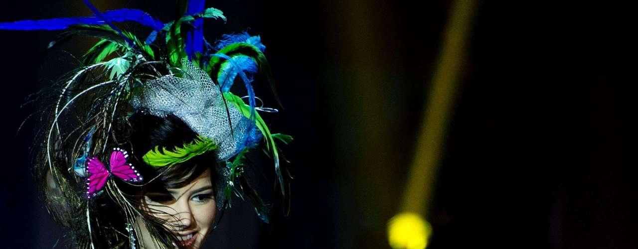 No início desta sexta-feira (27), as 27 candidatas ao título de Miss Brasil 2013 participaram de um momento muito tradicional nos concursos de beleza: o desfile de trajes típicos. O evento aconteceu no Minas Centro, em Belo Horizonte, e contou com as torcidas de cada estado. Na foto, a Miss Acre