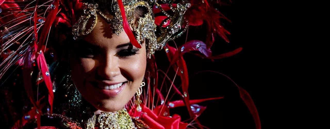 No início desta sexta-feira (27), as 27 candidatas ao título de Miss Brasil 2013 participaram de um momento muito tradicional nos concursos de beleza: o desfile de trajes típicos. O evento aconteceu no Minas Centro, em Belo Horizonte, e contou com as torcidas de cada estado. Na foto, a Miss Amazonas.Na foto, a Miss Amazonas